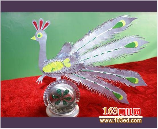 幼儿园吸管贴画_幼儿变废为宝手工:易拉罐制作的孔雀—儿童手工制作网